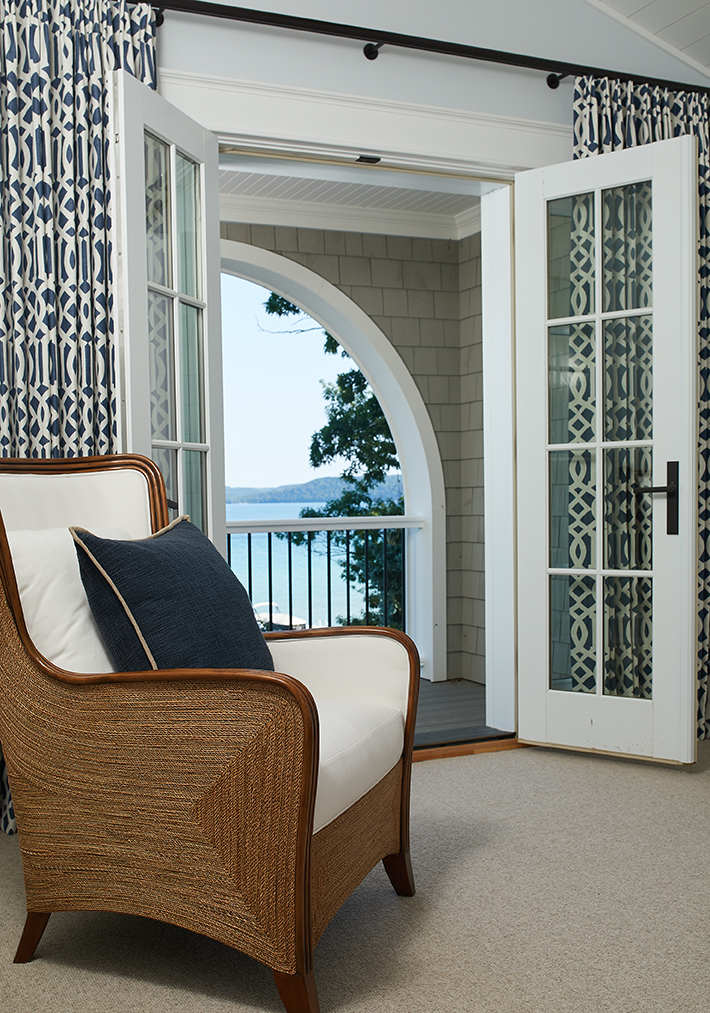 nice room with a balcony in a a beautiful lake front house